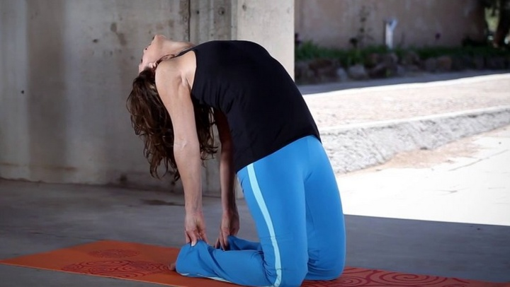 A Beginner's Guide to Yoga Poses - Backbend Stretch f...